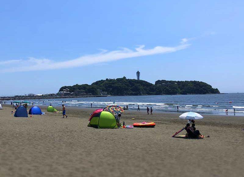 【8月の片瀬西浜海水浴場】昼と夜でこんなに違う!夏休みの江ノ島の海の様子を画像で紹介
