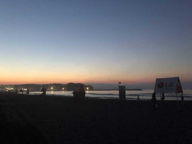 夜明け前の神聖な雰囲気の東浜