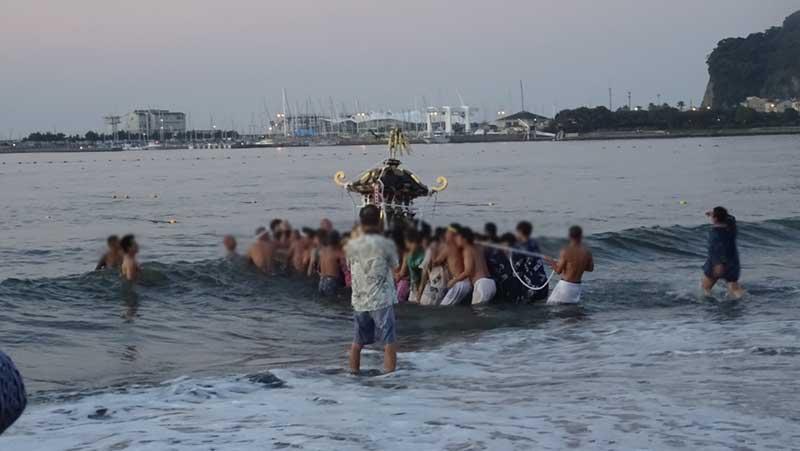 ようやく海中に入った神輿