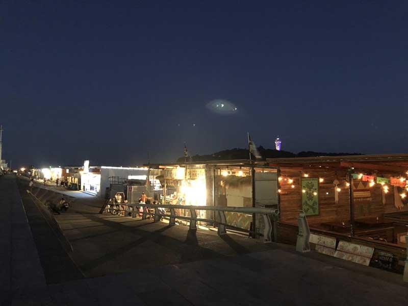 夜バージョンの海の家