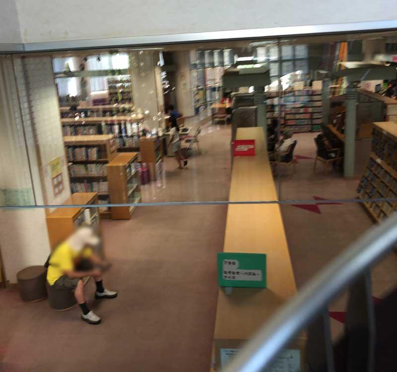 図書館は2階建て