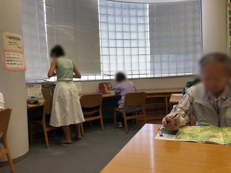 4人がけのテーブル席と窓際席があります