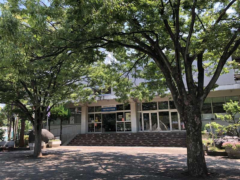 木々に囲まれた平塚市青少年会館