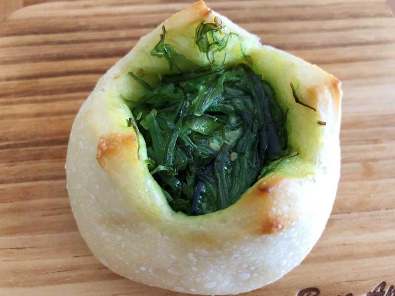 鮮やかな緑色のめかぶパン