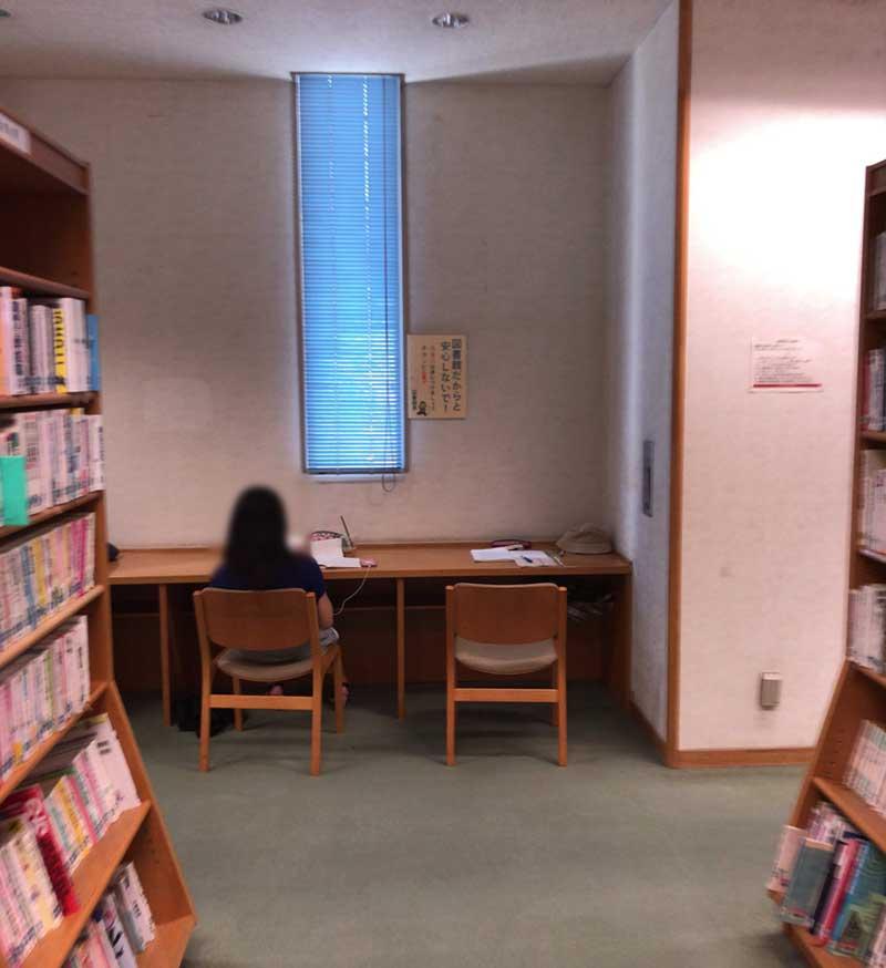 壁際に勉強できる席があります