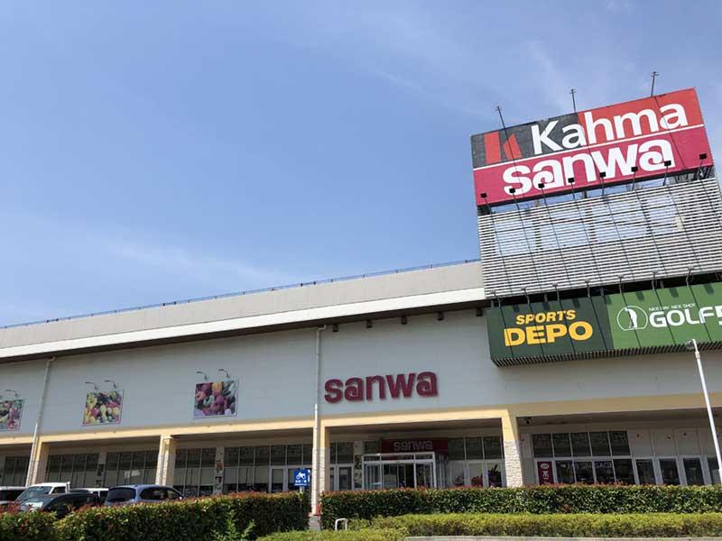 郊外型の大型スーパーが建ち並ぶ
