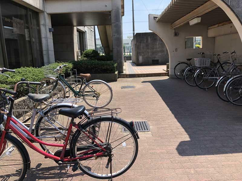 自転車置き場は半分ぐらい埋まっています