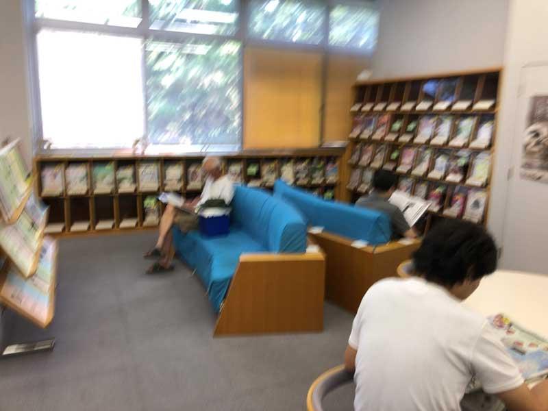 ここは新聞や雑誌を読む席