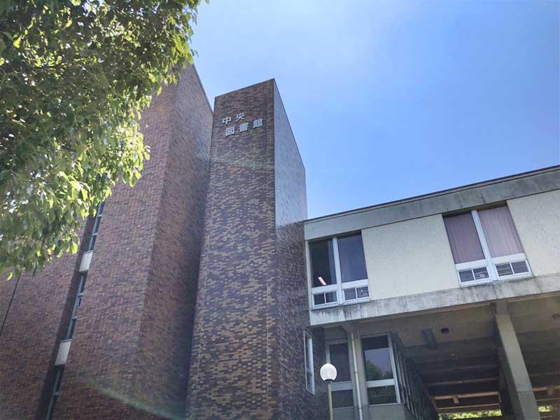 青空にそびえたつ平塚市中央図書館