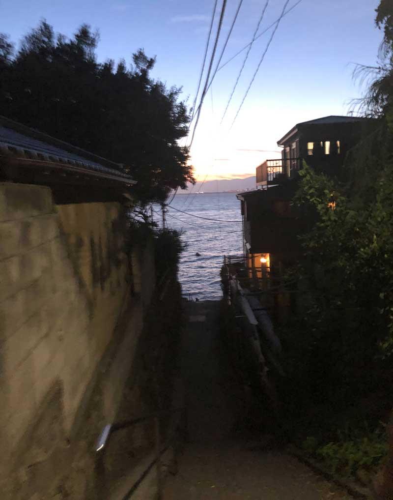 この細くて急な階段の先が西浦漁港