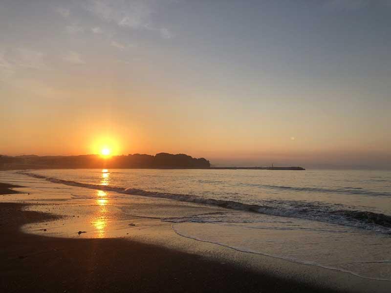 片瀬の海に神々しい日が昇る