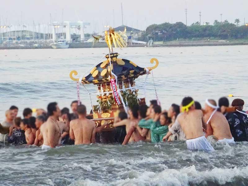 海中を舞う神輿