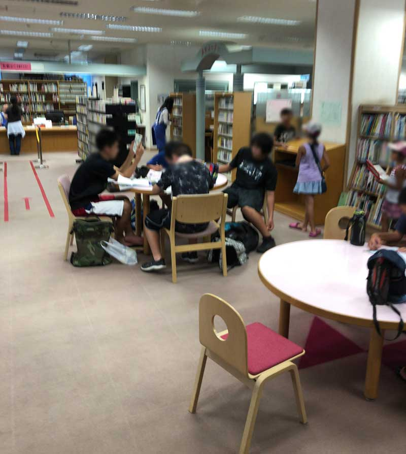 小中学生が勉強をしています