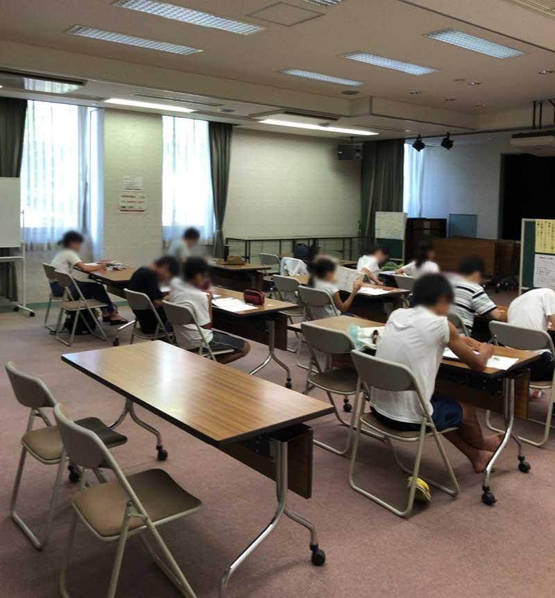 平塚市西図書館の学習室の様子