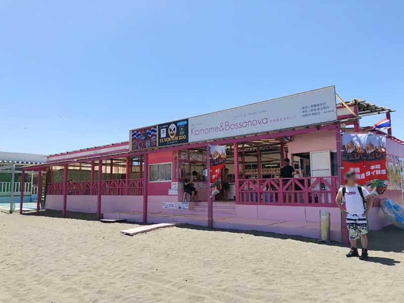 江ノ島の方にあるピンクの海の家