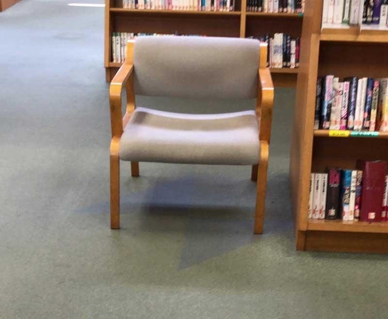 閲覧用の椅子がちらほら