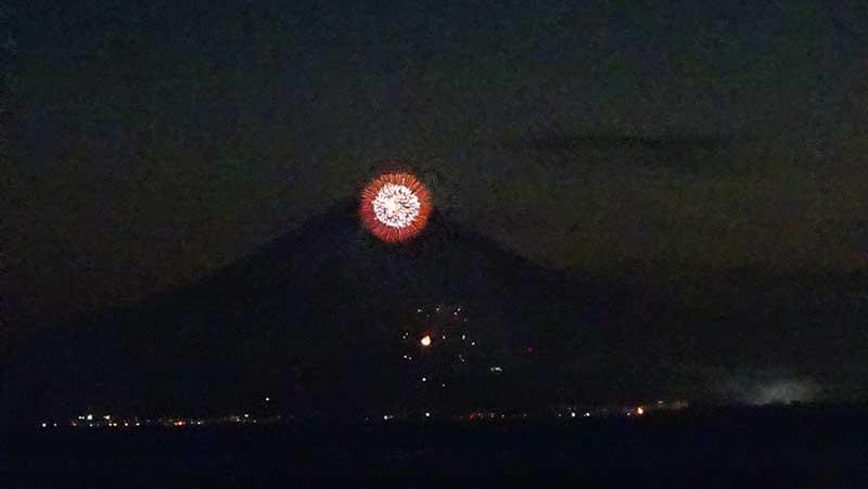 富士山の頂上に赤い花火がドーン!