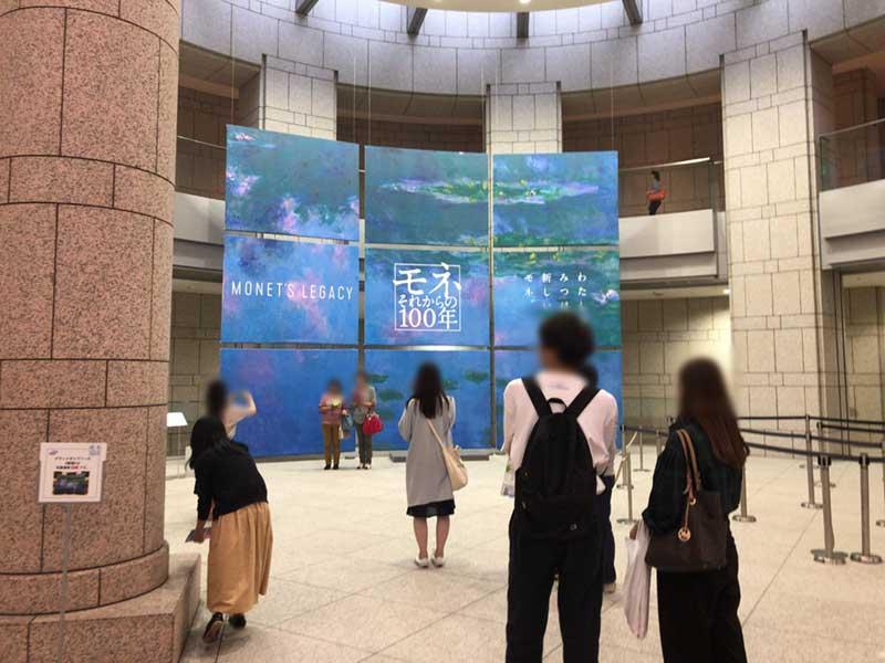美術館の中にあるモネ展の巨大なパネル