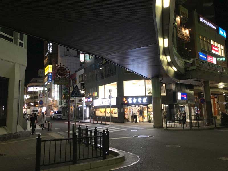 ロータリー横の繁華街の入口