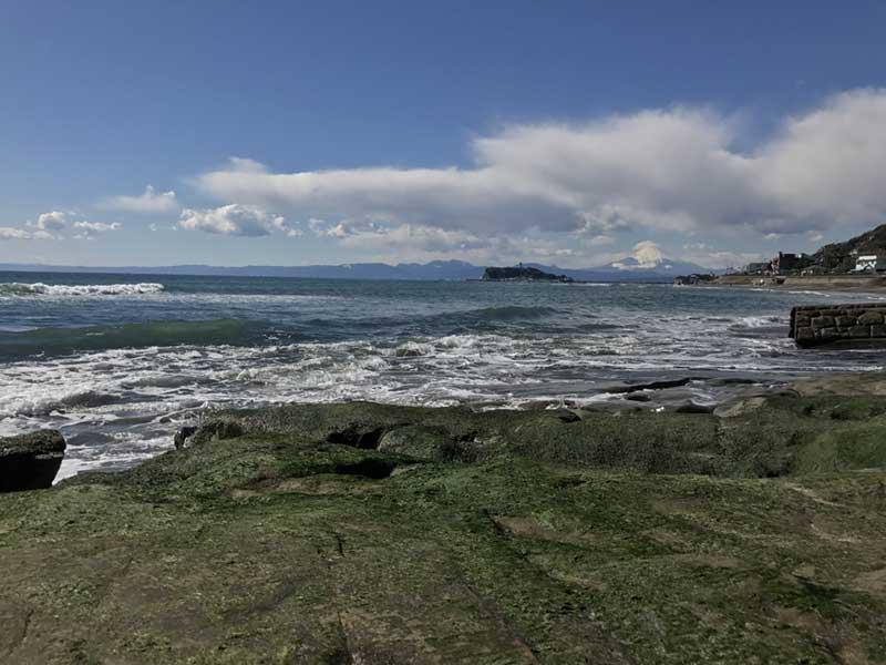 海岸はごつごつした岩場