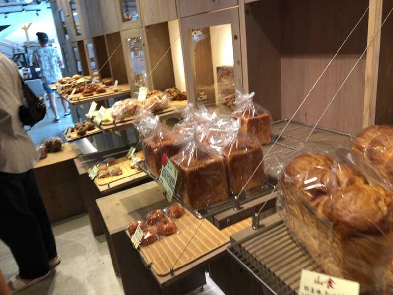 パンがずらりと並んでいます