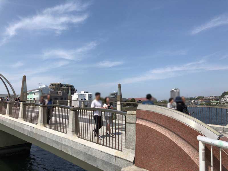 橋を渡って川沿いに