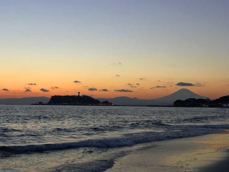 稲村ケ崎公園から見た富士山と夕日
