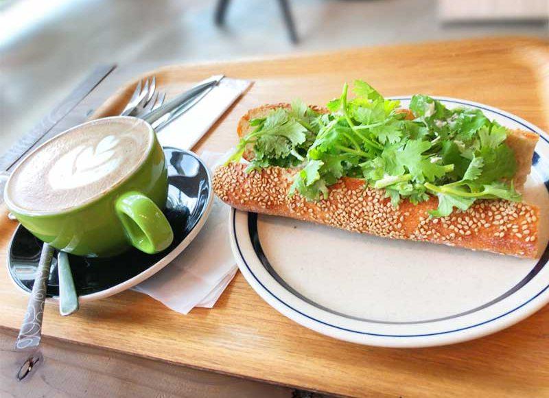 【湘南T-SITEパンとエスプレッソと】本格的なパンとコーヒーのブックカフェ!パクチーたっぷりエビマヨ玉子パン旨い!