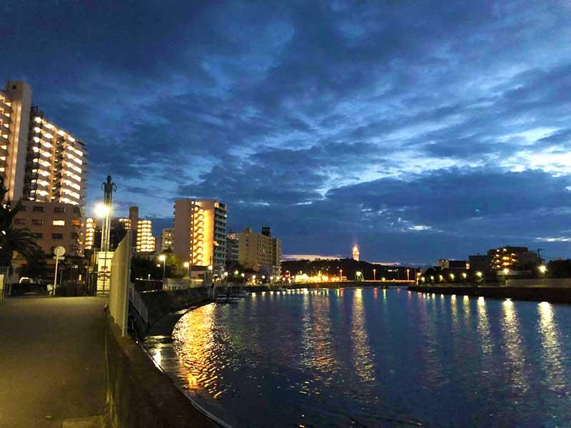 川沿いの夜景を眺めながら帰宅