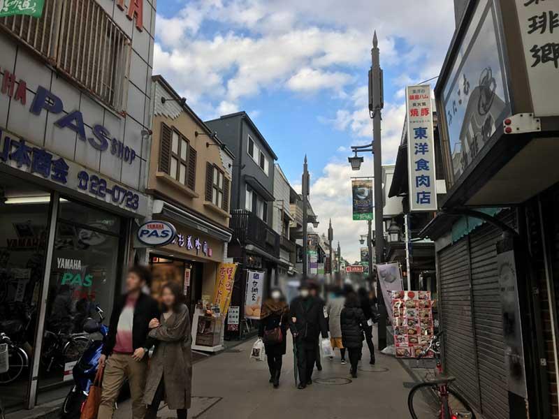 観光客で賑わう小町通り
