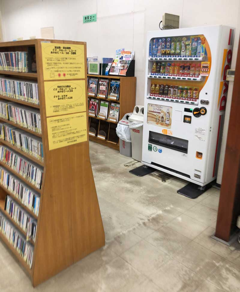 CDコーナーにドリンクの自販機がある