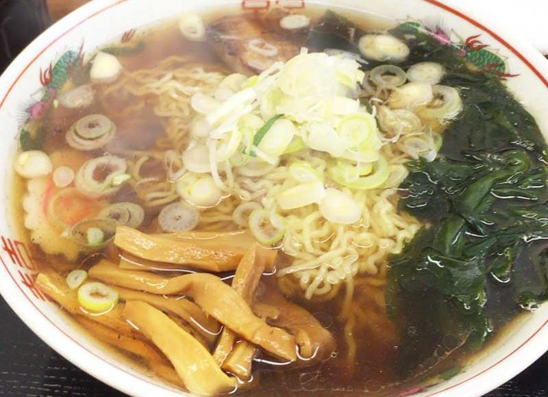 【平塚まぐろラーメン】スナックで食べるラーメンの味。串カツはレンチンでしなしな。