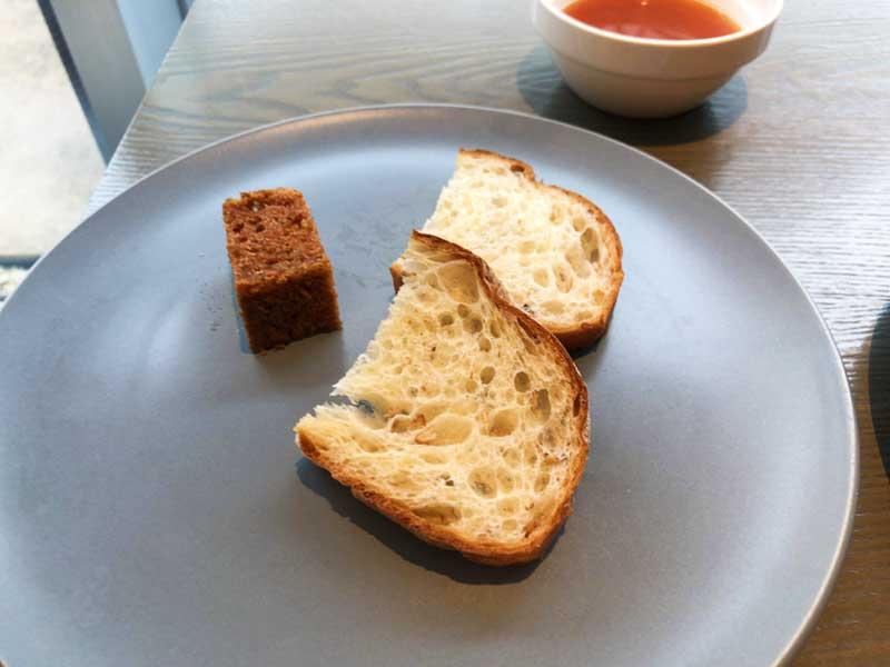 黒いキューブ状のパンはちょっぴりスパイシー