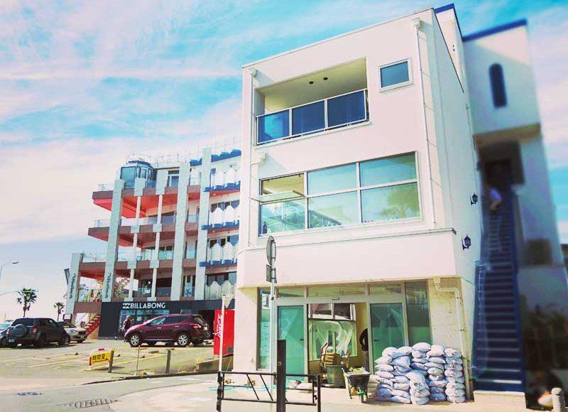【悲報】江ノ島海沿いの新店舗がまさかのアレ!青と白のおしゃれビルなのに残念!