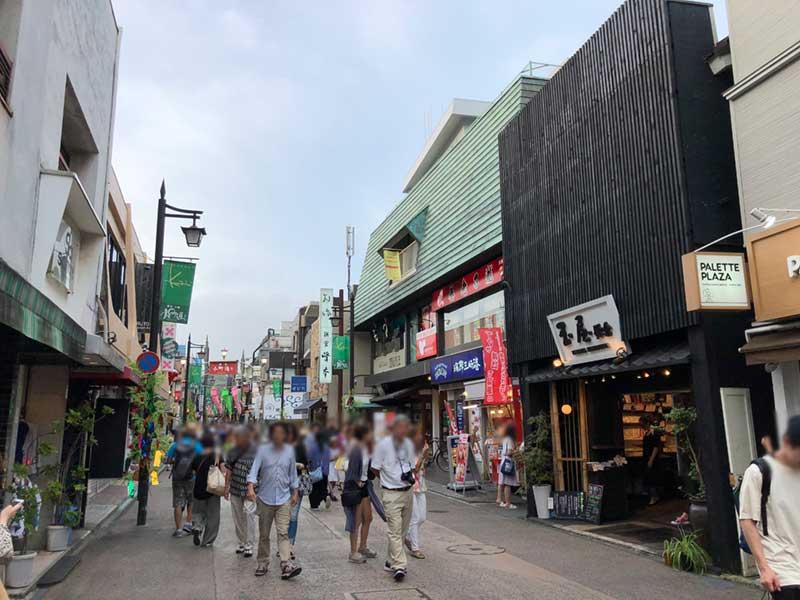 小町通りは相変わらず混んでいます