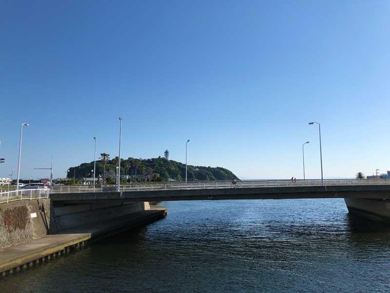 川の先は江ノ島がある海