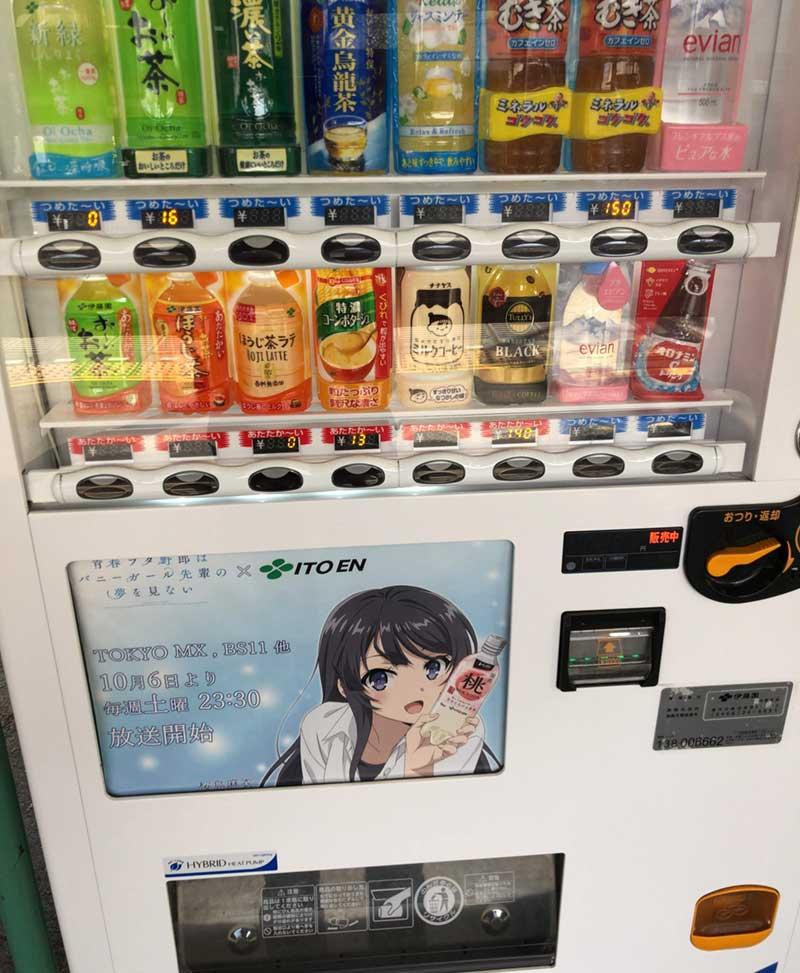 江ノ電の駅のホームにもアニメの広告がある