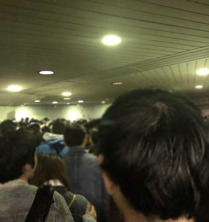 地下通路は大混雑