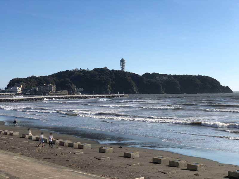 江ノ島海岸は漂流物が散乱しています