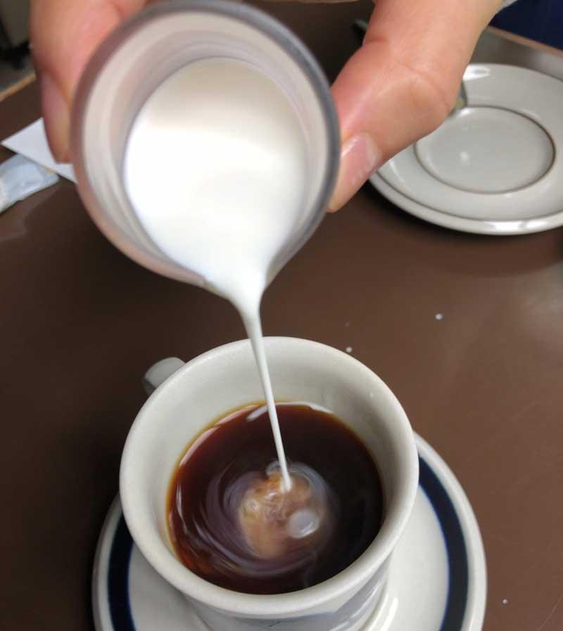 コクの強いグアテマラにミルクを少し