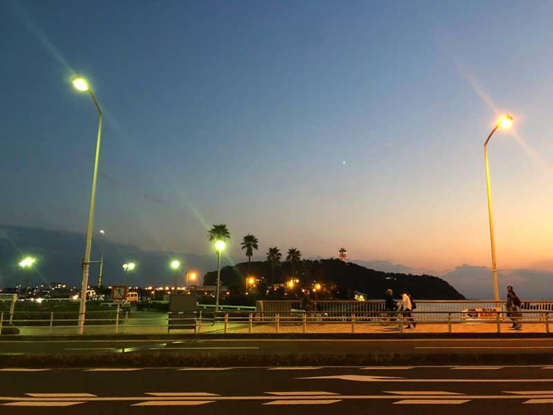 すばな通りを抜けると江ノ島が目の前