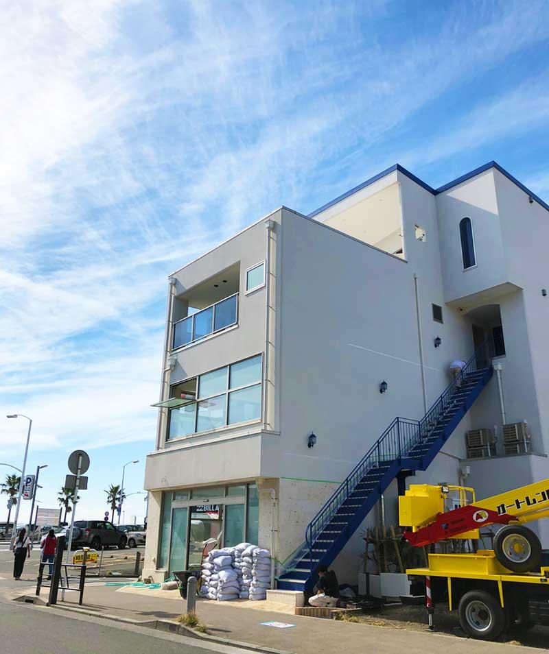 白壁と青い屋根がおしゃれな新しいビル