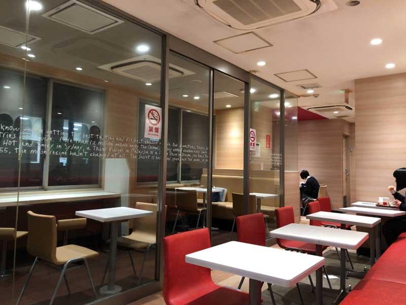 ガラガラに空いているKFCの店内席