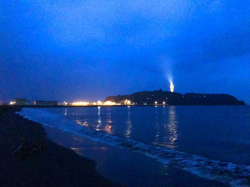 日が沈むと江ノ島シーキャンドルがライトアップ