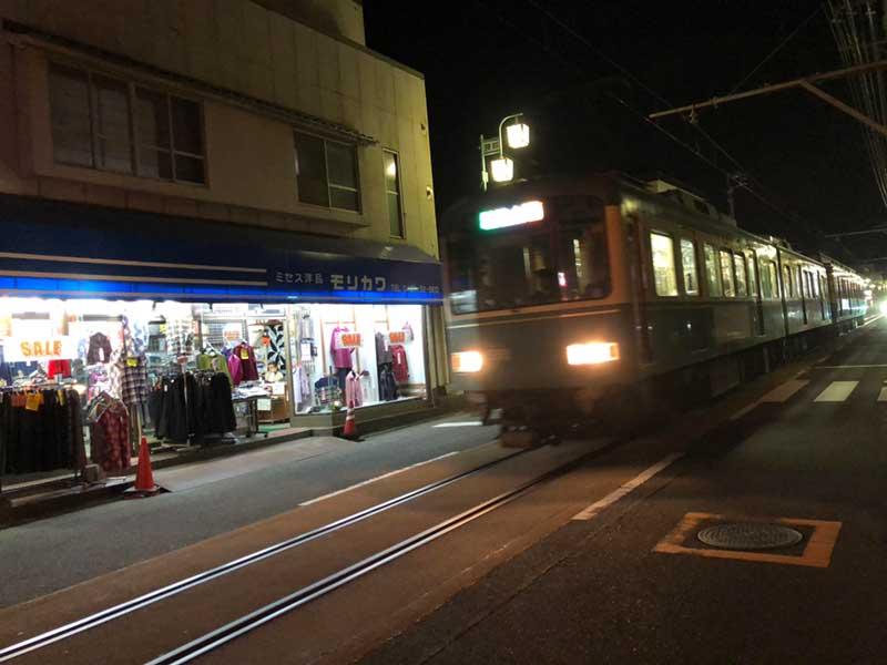 江ノ電が街中を通ろ腰越の商店街
