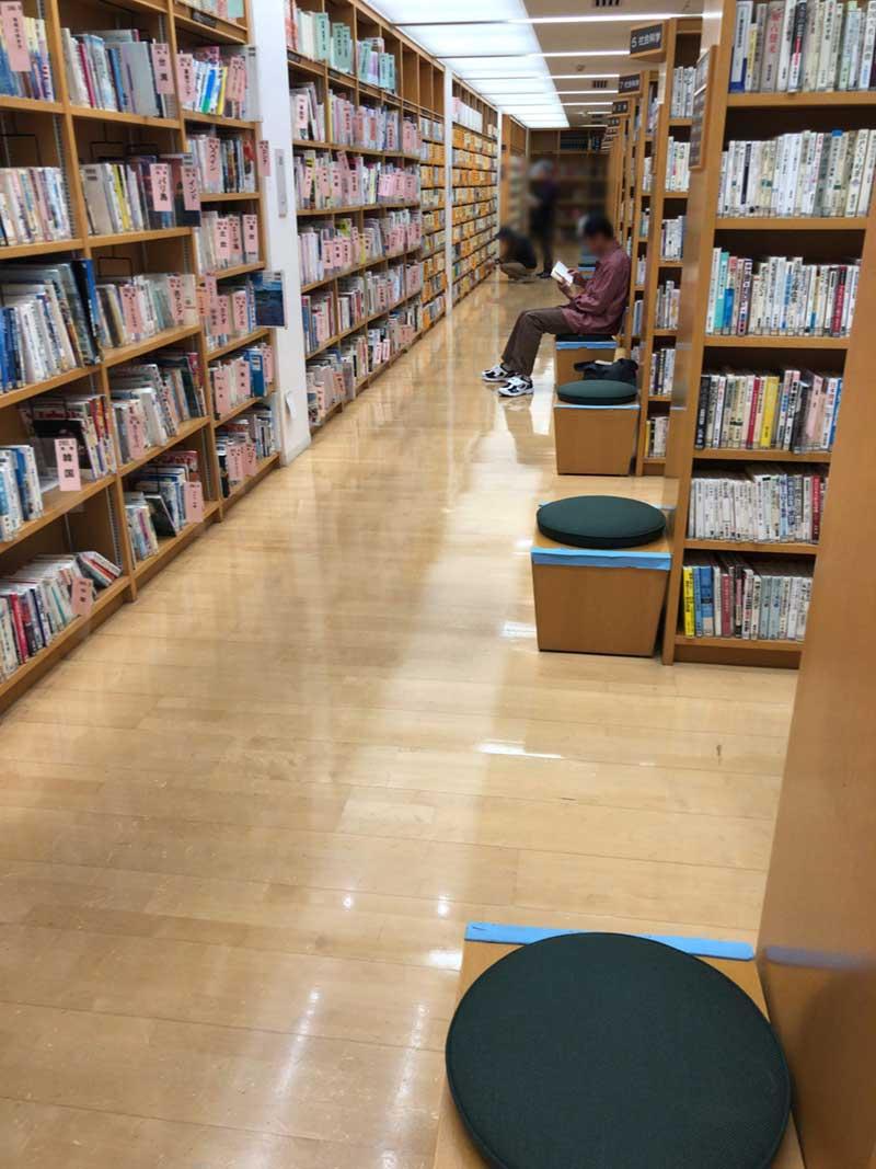本棚の間に丸椅子