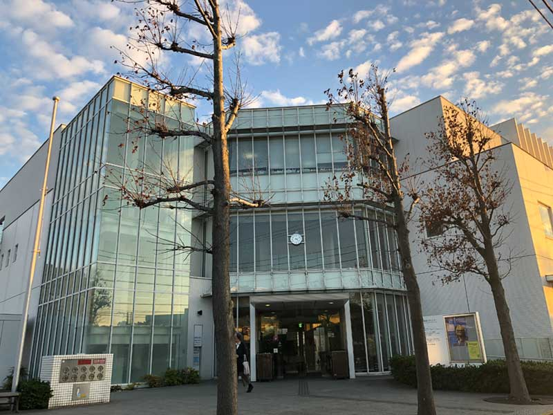 秋空に映える腰越図書館