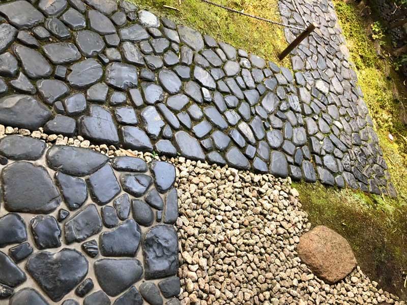 希少な真黒石を敷き詰めた通路