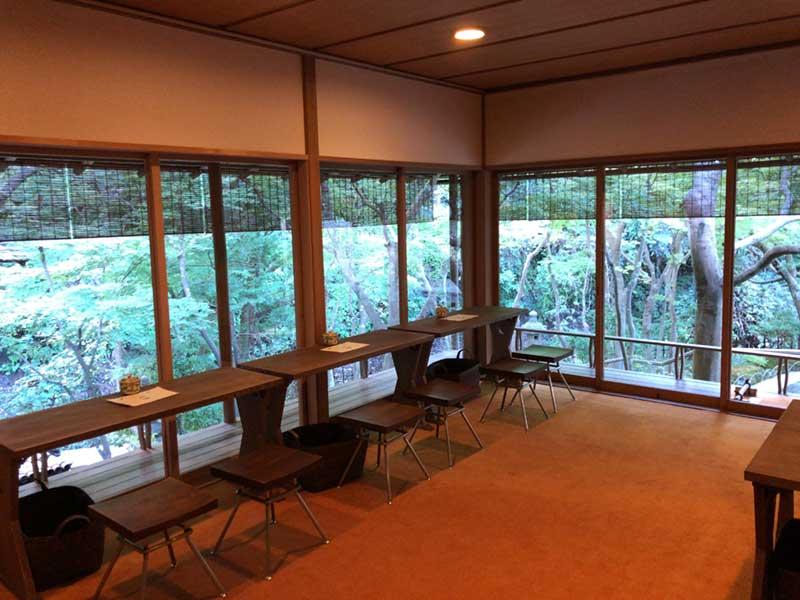 木々の緑に囲まれた部屋