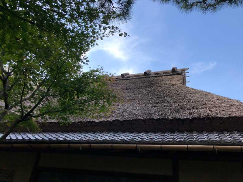 屋根はいっけん田舎風